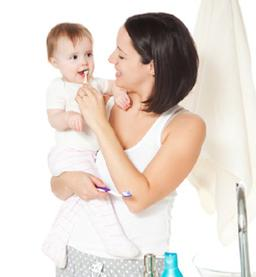 Moeder poetst tanden van baby