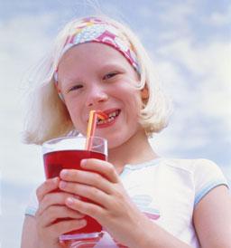 Meisje drinkt firs met rietje