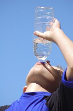 Waterdrinken uit fles